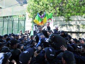 Les étudiants empêchés de marcher à Alger  dans Y'en marre de ce pouvoir 64_slide_1_120419110301-300x224